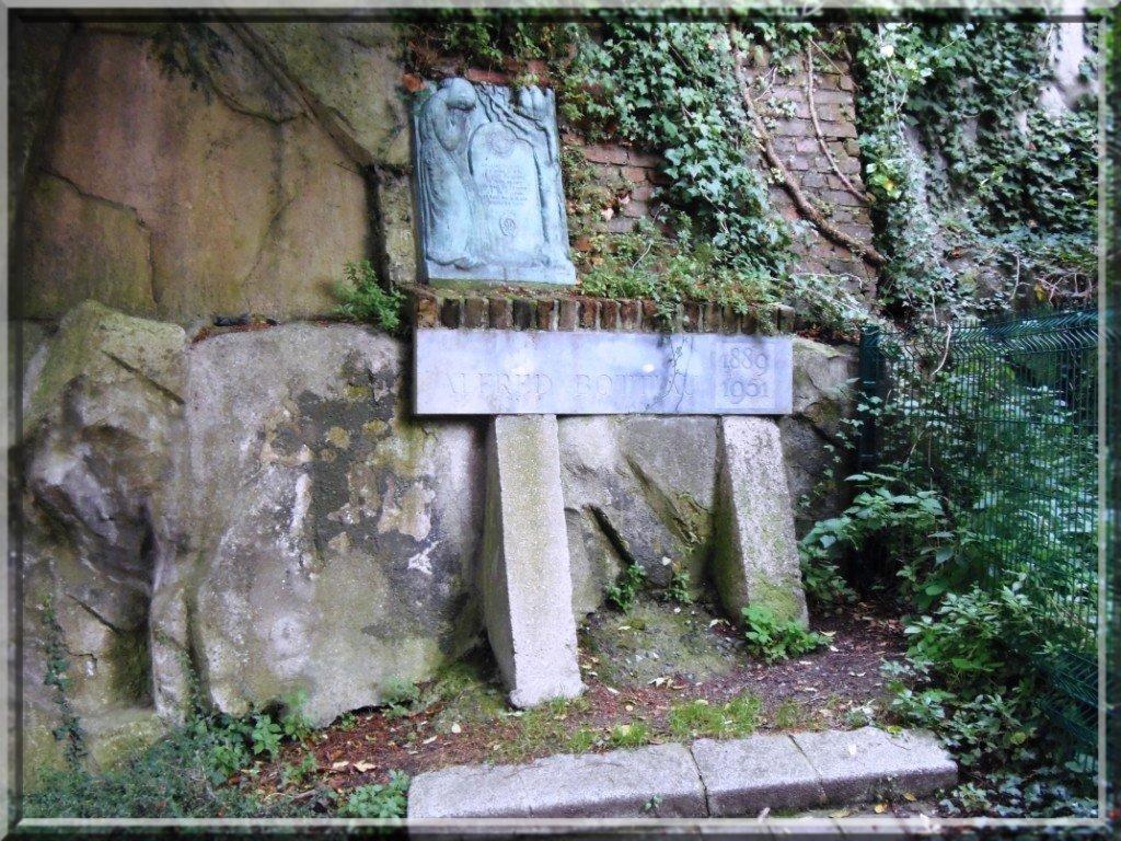 pa221645 Légende dans sculpture